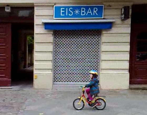 Bruno faehrt mit dem Fahrrad zur Kita